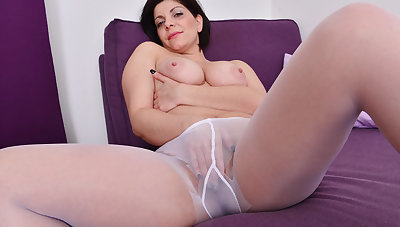 Curvy milf Nicol needs to lay hold of the brush nyloned pussy