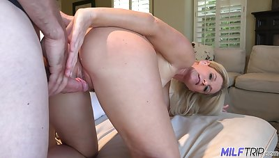 Hospitable housewife India Summer invites guest to drill say no to mouth and pussy