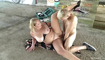 Fat mature gets younger fuck boy to hump her pussy right